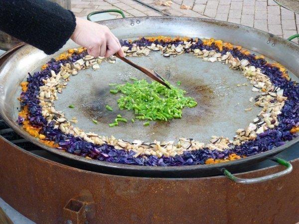 bio markt mon emporda in katalonien, vorbereitung einer vegetarischen paella